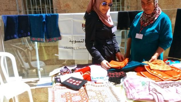 Suzan Qassas (à gauche) représentait l'ONG palestinienne du centre pour les femmes Shorouq à la conférence de l'APMO à Jérusalem, le 7 avril 2016. (Crédit : Dov Lieber/Times of Israel)
