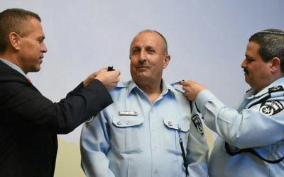 Jamal Hakrouch est entré dans la police en 1978 et a occupé de nombreux postes pour finalement obtenir le grade le plus élevé, celui de commissaire. (Crédit photo : police israélienne)