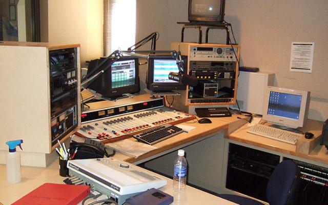 Studio de radio en 2008. Illustration. (Crédit : CC BY 3.0, Mayawi - travail personnel, via WikiCommaons)