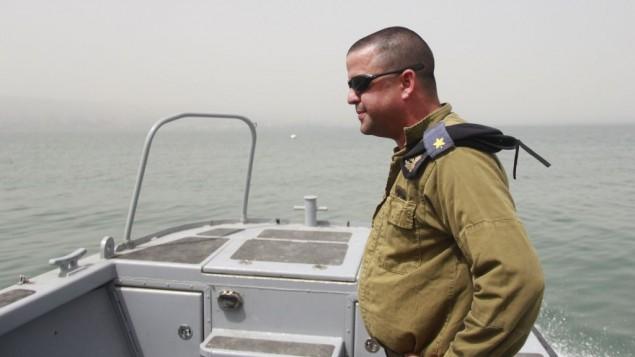 Matan Bar mène l'équipe de plongée qui recherche le pilote disparu Yakir Naveh, dont l'avion s'est abîmé dans le lac de Tibériade en 1962, le 6 avril 2016. (Crédit : Judah Ari Gross/Times of Israel)