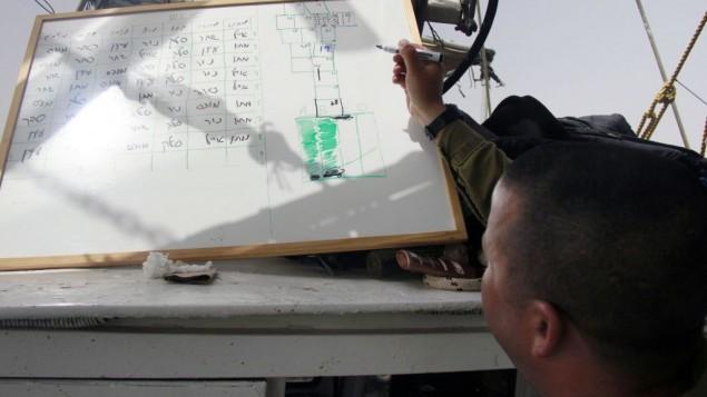 Matan Bar vérifie le travail déjà effectué et marque les zones qui doivent encore être fouillées dans la recherche du pilote disparu Yakir Naveh, dont l'avion s'est écrasé sur le lac de Tibériade en 1962, le 6 avril 2016. (Crédit : Judah Ari Gross/Times of Israel)