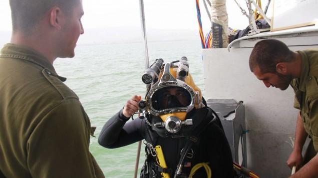 Sahar Nitzan vérifie son équipement avant de plonger dans le lac de Tibériade le 6 avril 2016, à la recherche du pilote disparu Yakir Naveh, dont l'avion s'est écrasée en 1962. (Crédit : Judah Ari Gross/Times of Israel)