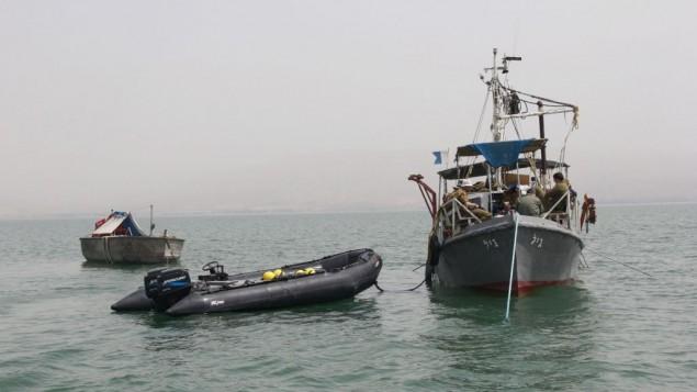 La marine utilise trois bateaux, deux civils et un militaire, pour les recherches du pilote disparu Yakir Naveh, dont l'avion s'est écrasé sur le lac de Tibériade en 1962, le 6 avril 2016. (Crédit : Judah Ari Gross/Times of Israel)