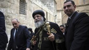 Le chef le l'église égyptienne copte orthodoxe, le pape Tawadros II sort de l'église du Saint-Sépulcre, à Jérusalem, le 28 novembre 2015. (Crédit photo : AP/Mahmoud Illean)