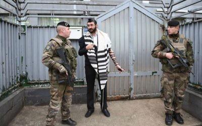 Des soldats devant une école du Habad à Paris, le 16 novembre 2015. (Crédit : Israel Bardugo/autorisation de l'amicale internationale des chrétiens et des juifs, via JTA)