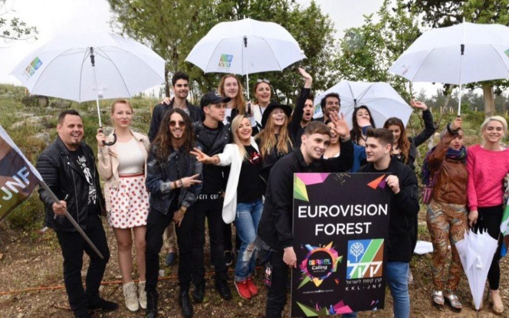 Les participants à l'Eurovision devant des arbres plantés par Israël dans une forêt du FNJ - KKL, visitée dans le cadre d'un voyage de trois jours parrainé par le ministère du Tourisme israélien, le 12 avril 2016. (Crédit : Avi Hayun)