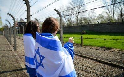 Des lycéens israéliens pendant la Marche des Vivants à Auschwitz, en Pologne, le 16 avril 2015. (Crédit : Yossi Zeliger/Flash90)