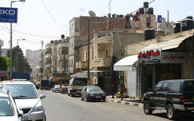 Une vue de la ville de Ramallah en Cisjordanie (Crédit : CC-BY Ralph Lotus (Sicherlich) / Wikimedia Commons)