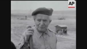 David Ben Gurion dans la ferme d'une implantation peu avant son rappel au ministère de la défense en 1955. (Crédit : capture d'écran YouTube)