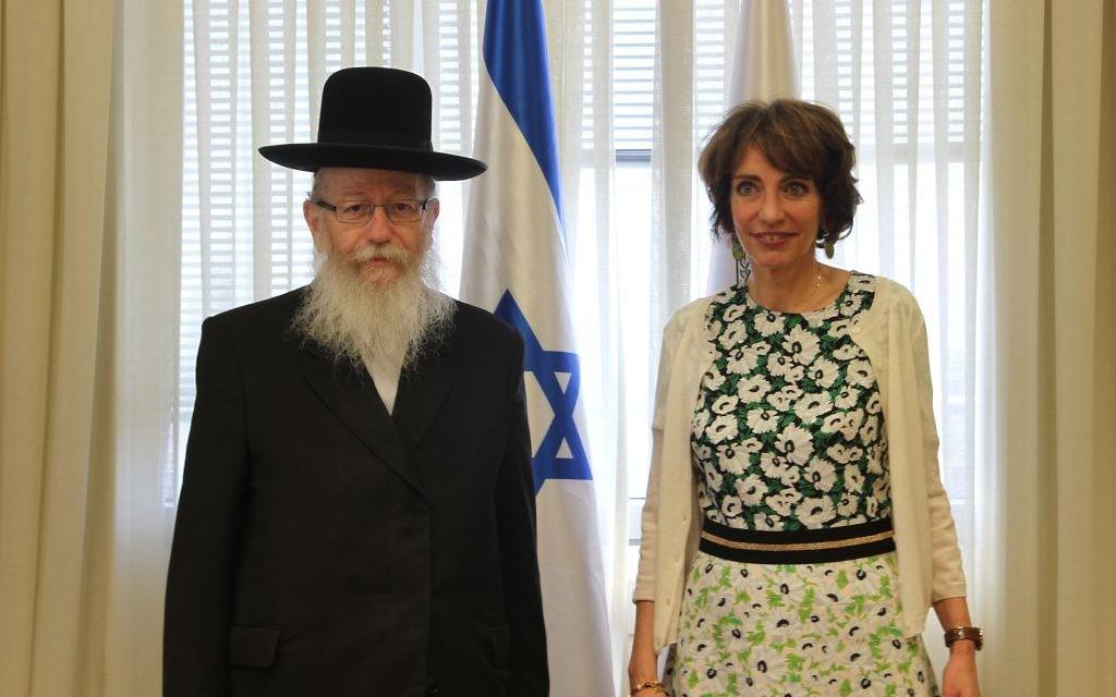 La ministre française de la Santé et des Affaires sociales, Marisol Touraine et Yaakov Litzman, ministre de la Santé , le 31 mars 2016. (Crédit : Ambassade de France en Israël / Marine Crouzet)