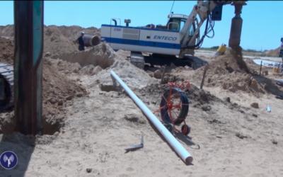Soldats et civils israéliens utilisent un équipement lourd pour découvrir un tunnel d'attaque du Hamas, près de la frontière avec la bande de Gaza en avril 2016. (Crédit : unité des portes-paroles de l'armée israélienne, vidéo diffusée le 18 avril 2016)