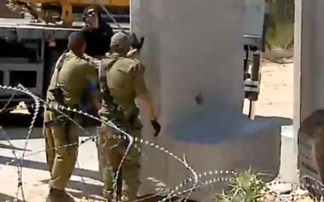 Des soldats israéliens installent des sections de mur près de la frontière du Liban, au kibboutz Misgav Am, le 20 avril 2016. (Crédit : capture d'écran Deuxième chaîne)