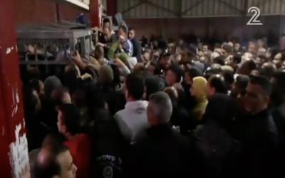 Capture d'écran d'un reportage de la Deuxième chaîne au checkpoint de Qalandiya, le 15 avril 2016, qui montre les difficultés des travailleurs palestiniens pour passer de Cisjordanie en Israël. (Crédit : capture d'écran de la Deuxième chaîne)