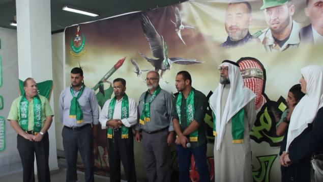Imad Barghouthi (à gauche) pendant un rassemblement du Hamas à l'université al-Quds de Jérusalem, en octobre 2014. (Crédit : capture d'écran YouTube)