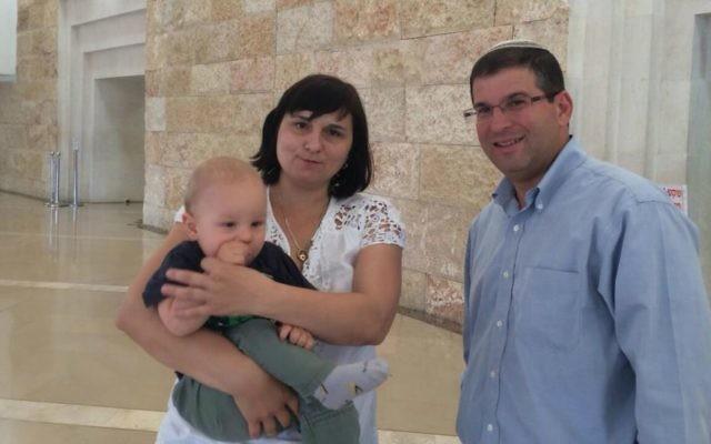 Le dirigeant de Itim, le rabbin Seth Farber, et Martina Pagacova à la Cour suprême à Jérusalem, le 30 juin 2015 (Crédit : autorisation Itim)