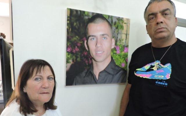 Zehava Saul, avec son époux Herzl, depuis décédé, n'ont pas de preuve définitive que leur fils Oron soit mort après avoir été capturé par le Hamas à Gaza Ville le 20 juillet 2014. (Crédit : JTA/Ben Sales)