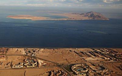Les îles de Tiran (premier plan) et Sanafir (arrière plan) en mer Rouge, dans le détroit de Tiran entre la péninsule du Sinaï égyptienne et l'Arabie saoudite. (Crédit : Stringer/AFP/Getty Images, via JTA)