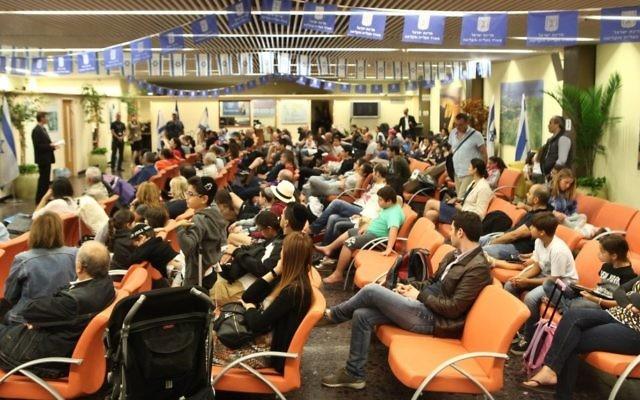 Nouveaux immigrants français en Israël à leur arrivée à l'aéroport international Ben Gurion de Tel Aviv, le 29 juin 2015. (Crédit : Zed Films)