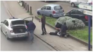 Sur cette image tirée d'une vidéo, la police belge arrête Mohamed Abrini, suspect des attentats terroristes de Bruxelles, vendredi 8 avril 2016. (Sebastian Kamran via AP)