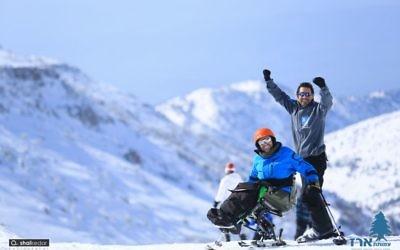 Des Israéliens handicapés participent au programme de ski et snowboard de la Fondation Erez (Crédit : Erez Foundation)