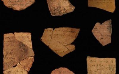 Inscriptions en hébreu ancien remontant à 2 500 ans découvertes près de Arad. (Crédit : université de Tel Aviv/Michael Kordonsky, autorité israélienne des antiquités)