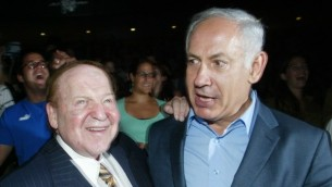 L'homme d'affaires milliardaire américain Sheldon Adelson rencontre Benjamin Netanyahu durant une cérémonie à Jérusalem, le 12 août 2007. (Crédit photo : Flash90)