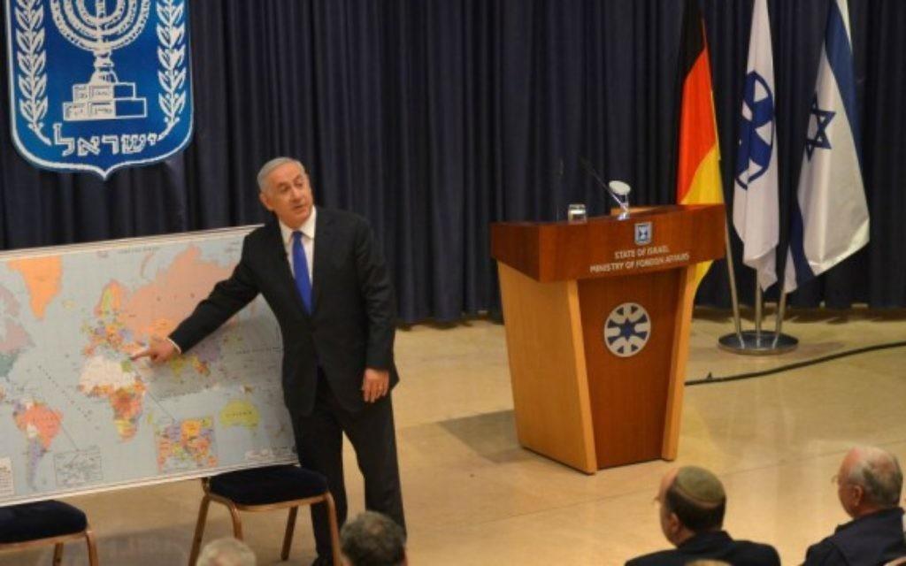 Le Premier ministre Benjamin Netanyahu avec une délégation de jeunes dirigeants d'Allemagne au ministère des Affaires étrangères, le 3 décembre 2015. (Crédit : Kobi Gideon/GPO)