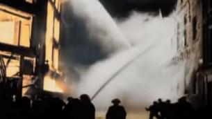 Des pompiers combattent les flammes à Londres pendant le Blitz allemand de la Seconde Guerre Mondiale. (Crédit : capture d'écran YouTube)