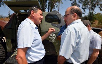 Le ministre de la Défense, Moshe Ya'alon (à droite), et le tout nouveau directeur du ministère de la Défense, Udi Adam. (ministère de la Défense)
