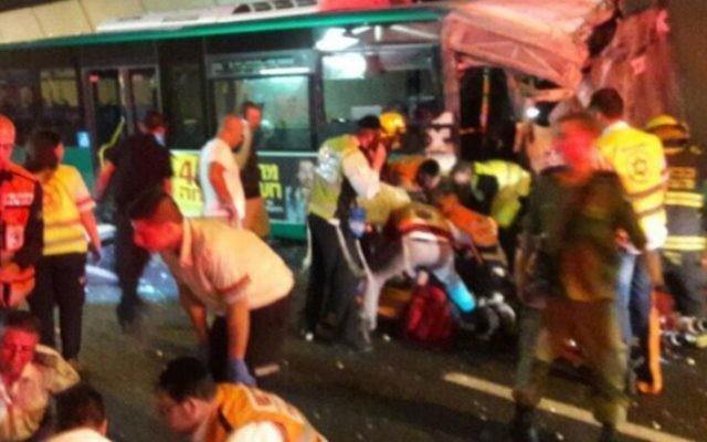 Un accident de bus près de Haifa, au nord d'Israël, le 21 avril 2016, a fait au moins 35 blessés. (Crédit : United Hatzalah)