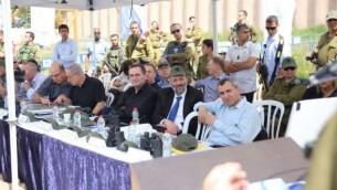 Les ministres du cabinet de sécurité en visite en Cisjordanie, le 6 avril 2016 . (Crédit : autorisation)
