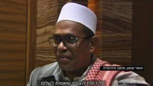 Suhai Suat, religieux musulman, pendant un seder de Pessah organisé par 50 juifs indonésiens à Jakarta, le 22 avril 2016. (Crédit : capture d'écran Dixième chaîne)