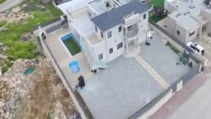 La résidence secondaire du ministre de l'Intérieur Aryeh Deri à Safsufa, dans le nord d'Israël. (Crédit : capture d'écran Deuxième chaîne)