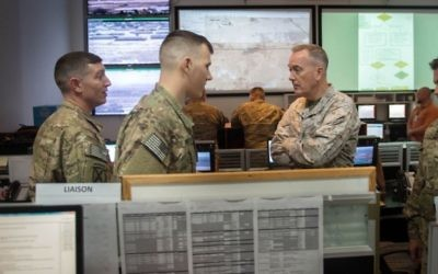 Joseph F. Dunford Jr., parle avec des soldats affectés à la Force multinationale d'observateurs au Camp el-Gorah dans la péninsule du Sinaï en Egypte, le 21 février 2016. (Créit : D. Myles Cullen / US Département de la Défense)