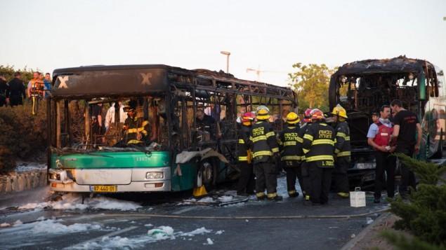 Pompiers et secouristes sur la scène de l'explosion d'un bus à Jérusalem, qui a fait au moins 21 blessés, le 18 avril 2016. (Crédit : Nati Shohat/Flash90)