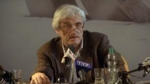 Jan Tomasz Gross, historien américain d'origine polonaise, s'adresse aux médias polonais, le 28 août 2015. (Crédit : Capture d'écran YouTube)