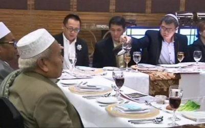 Seder de Pessah en Indonésie, le 22 avril 2016. (Crédit : capture d'écran Dixième chaîne)
