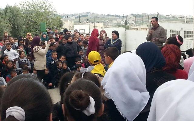 Image publiée sur Facebook puis supprimée d'un évènement organisé à l'école élémentaire Jabel Mukaber de Jérusalem Est, pendant lequel des membres de la famille du terroriste palestinien Bahaa Allyan ont été invités à s'exprimer. (Crédit : Facebook)