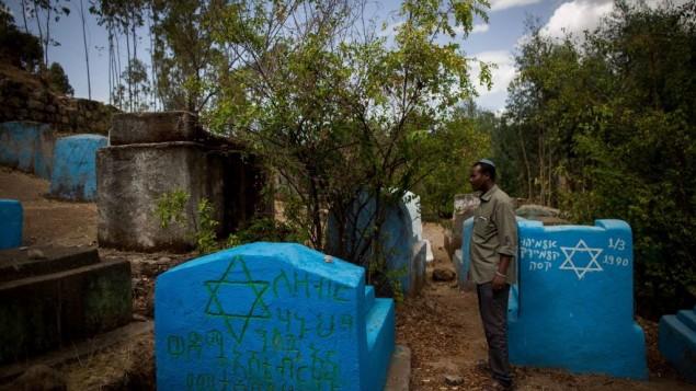 Gashaw Abinet, 29 ans, chantre à la synagogue HaTikvah de Gondar, visite Wolleka et son cimetière juif pour la première fois le 24 avril 2016, alors qu'il vit à Gondar depuis 17 ans, en attendant l'aliyah (Crédit : Miriam Alster / Flash90)