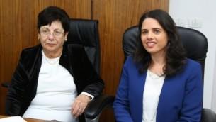 La ministre de la Justice Ayelet Shaked (à droite) et la présidente de la Cour suprême Miriam Naor pendant l'inauguration d'un nouveau tribunal à Beit Shemesh, le 29 mars, 2016 (Crédit : Yaakov Lieberman / Flash90)
