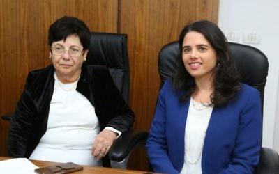 La ministre de la Justice Ayelet Shaked (à droite) et la présidente de la Cour suprême Miriam Naor pendant l'inauguration d'un nouveau tribunal à Beit Shemesh, le 29 mars 2016. (Crédit : Yaakov Lieberman/Flash90)