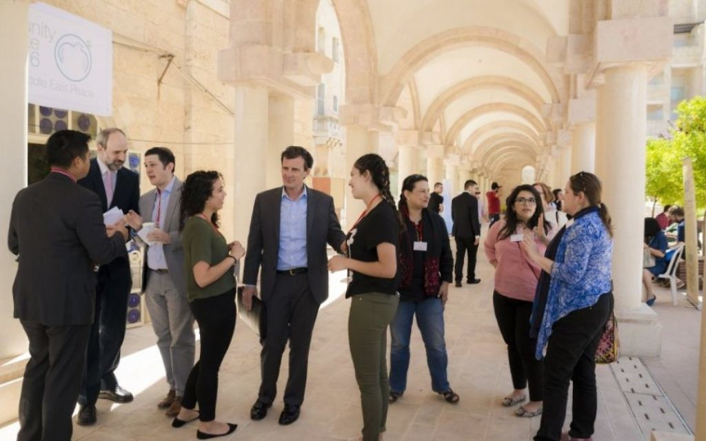 Conférence 2016 de l'Alliance pour la Paix au Moyen Orient (APMO), à Jérusalem, le 7 avril 2016. (Crédit : Nabil Darwish pour l'APMO, Copyright 2016 tous droits réservés. Jerusalem International YMCA)
