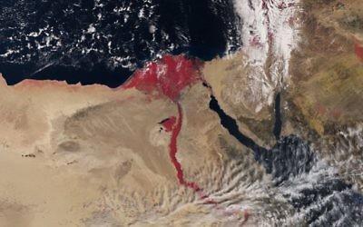 Image satellite du Nil utilisant une technologie infrarouge colorant le fleuve en rouge. (Crédit : autorisation de l'agence spatiale européenne, avril 2016)