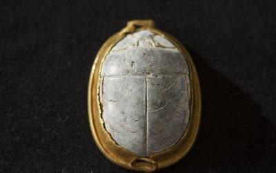 Un sceau scarabée de 3 700 ans trouvé par un ornithologue amateur à Tel Dor, dans le nord d'Israël, remonte à la Treizième dynastie. (Crédit : autorisation des fouilles de Tel Dor)