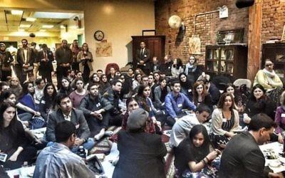 Juifs et musulmans participent à un seder de Pessah à la société islamique de Manhattan, organisé par le comité de solidarité judéo-musulmane de New York City, le 14 avril 2016. (Crédit : Facebook)