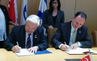 Les Ambassadeurs Winston Choo Wee Leong et Gil Haskel lors d'une cérémonie de signature