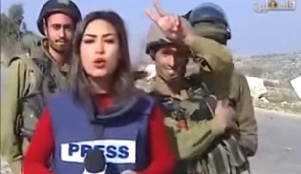 Des soldats de Tsahal interrompent l'émission en direct de la journaliste palestinienne Sara Al-Azra, le 14 décembre 2015. (Capture d'écran YouTube)