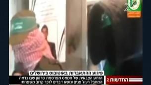 Abed al-Hamid Abu Srour, 19 ans, de Beit Jala, le terroriste du bus 12 de Jérusalem, est montré en treillis pendant une visite de condoléance à un membre de sa famille dans cette vidéo publiée le 24 avril 2016 par le Hamas. (Crédit : capture d'écran Deuxième chaîne)