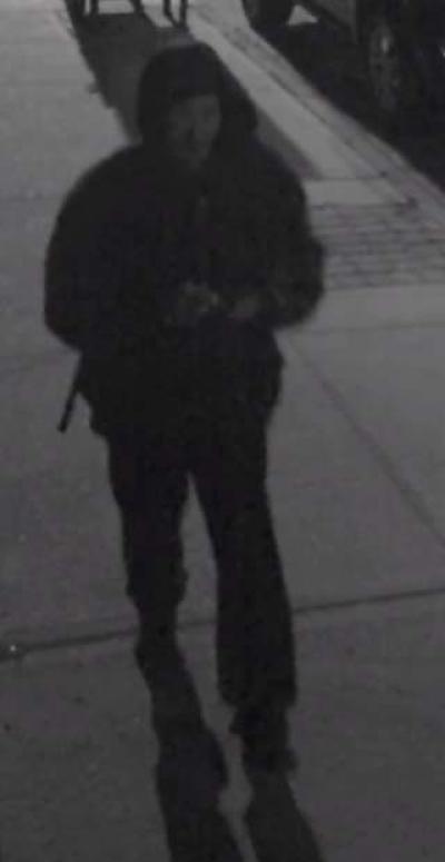 Le Département de police de New-York a publié une capture d'écran d'une personne suspectée d'avoir réalisé une série de tags de croix gammée autour de Brooklyn. (Crédit photo : autorisation NYPD)