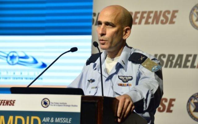 Le général Tal Kalman, chef de l'armée de l'air israélienne, pendant la conférence annuelle de l'institut Fischer sur les études stratégiques aériennes et spatiales , au Hilton de Tel Aviv le 3 avril 2016. (Crédit : institut FIscher)